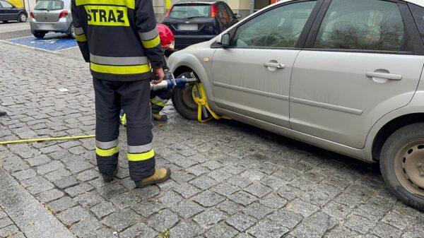 Kierująca odjechała autem z założoną blokadą na kole. Interweniowała Straż Pożarna.(Zdjęcia & Wideo)