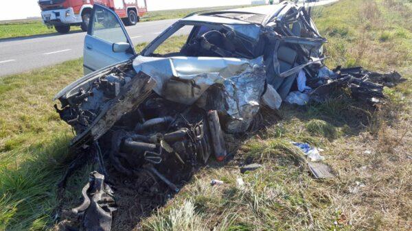 Poważny wypadek na DW 401 w Makowicach, w powiecie nyskim. Ciężko ranny mężczyzna został zabrany LPR-m do szpitala w Opolu.(Wideo)