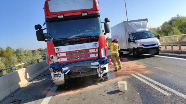 Zderzenie dwóch ciężarówek na obwodnicy Opola na moście nad Odrą.