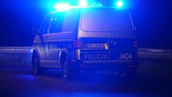 22-latek próbował się włamać do sklepu. Został zatrzymany przez policjantów na gorącym uczynku.