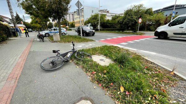72-latek w bmw potrącił rowerzystę na oznakowanym przejeździe dla rowerów w Opolu. Rowerzysta był nietrzeźwy.(Zdjęcia)