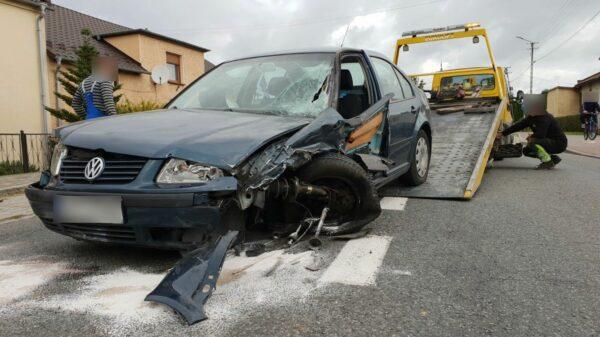 31-latka wjechała autem w zaparkowanego busa. Kobieta z kilkumiesięcznym dzieckiem została zabrana do szpitala.