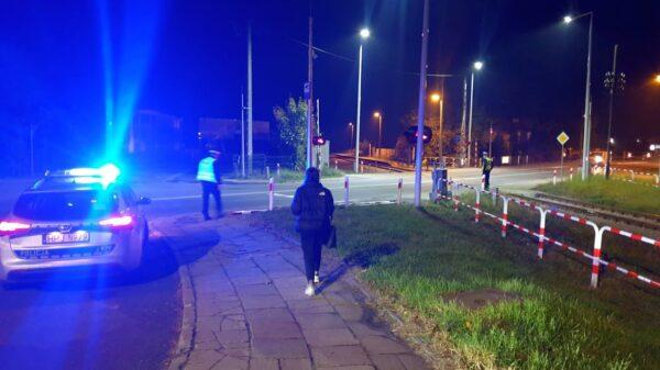 Uszkodził rogatki na przejeździe kolejowym w Opolu. Szuka go policja. (Zdjęcia&Wideo)