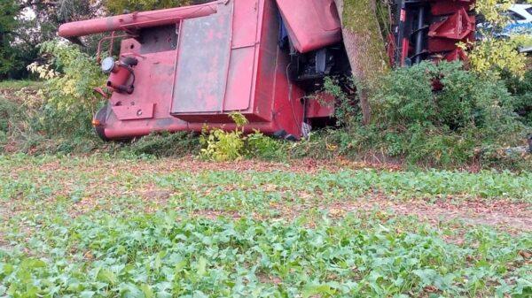 Kierujący kombajnem wjechał w drzewo na ul.Wrocławskiej w Brzegu.(Zdjęcia)
