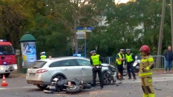 Zderzenie motocyklisty z autem w Kluczborku. LPR zabrał motocyklistę do szpitala.(Zdjęcia)
