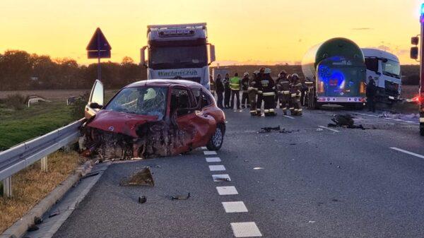 Zderzenie ciężarówki z osobówka na DK40 w okolicy Reńskiej Wsi. Kobieta trafiła do szpitala.