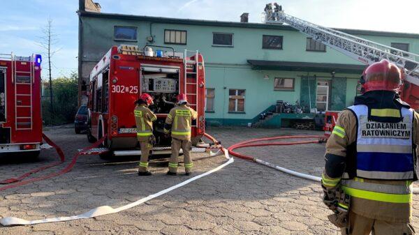 Fachowcy położyli papę na dachu i doprowadzili do pożaru. W akcji 5 zastępów staży.(Zdjęcia&Wideo)