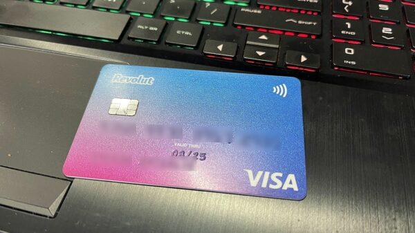 Płacili znalezioną kartą bankomatową. Zatrzymani usłyszeli 10 zarzutów.